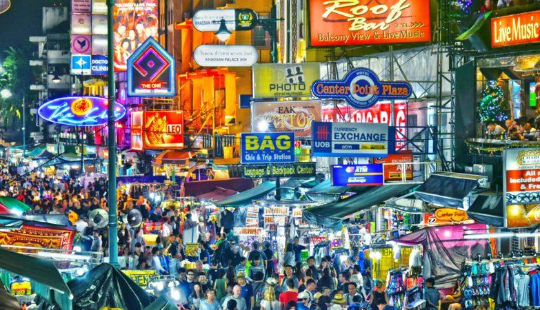 רחוב התרמילאים הידוע רחוב קאו סאן בבנגקוק, תאילנד